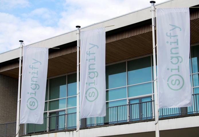 Signify-vlaggen voor het hoofdkantoor van het lichtbedrijf op de High Tech Campus in Eindhoven.