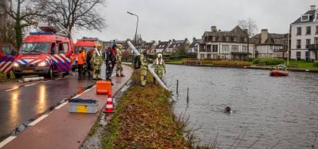 Bestuurder rijdt bij Breukelen auto in de Vecht, omstander helpt hem op het droge