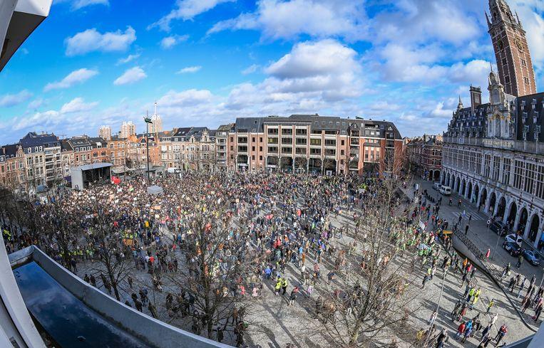 Bovenaanzicht van het Ladeuzeplein, vlak voor de start van de betoging.