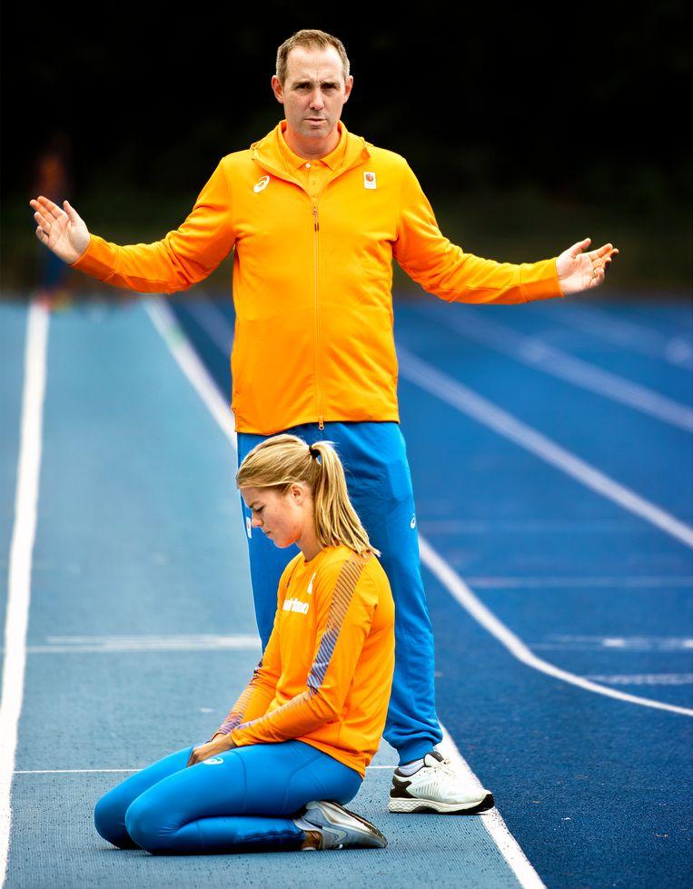 Bart Bennema, trainer/coach, en Dafne Schippers tijdens de training. Beeld Klaas Jan van der Weij
