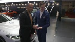 VIDEO. Roberto Martínez krijgt BMW cadeau van 130.000 euro voor prestaties van de Rode Duivels op WK