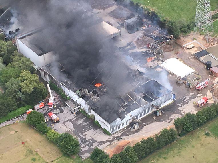 Luchtbeelden, gemaakt door STB-COPTER vanuit een helikopter tonen de ravage van de verwoestende brand.