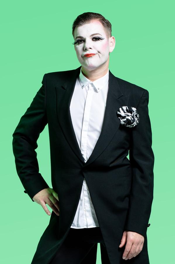 Dave van der Wal, bekend als verslaggever-met-helm-op bij de Marathon in zijn rol als butler, een Frankensteinachtig type.