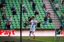 Kian Slor viert zijn goal met de fans van FC Groningen.