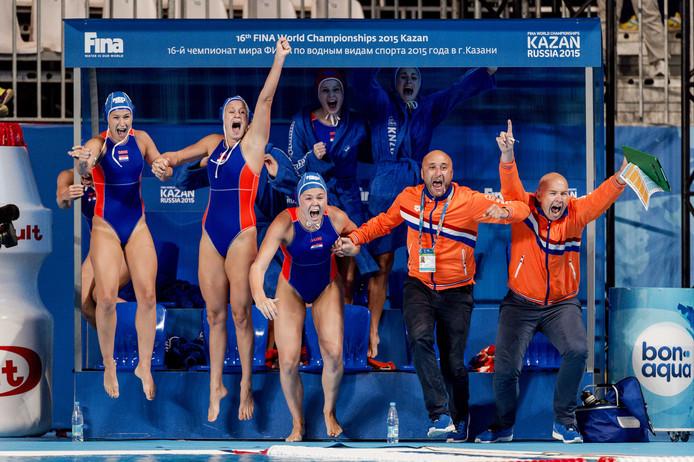 De Nederlandse waterpolovrouwen vieren feest na het behalen van de WK-finale in 2015