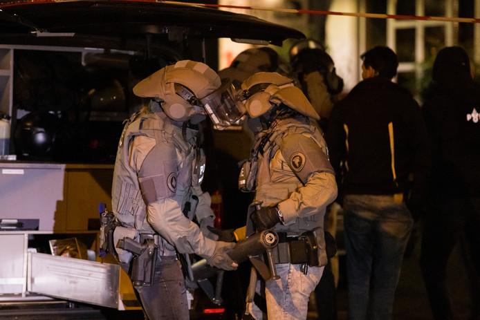 Leden van het arrestatieteam maken zich klaar voor voor een inval in zorglocatie Achter de bank in Nijmegen.