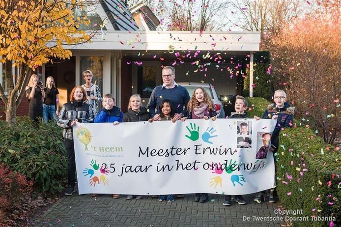 Directeur Erwin Vos wordt vrijdagochtend opgehaald van huis door de leerlingen van 't Heem.