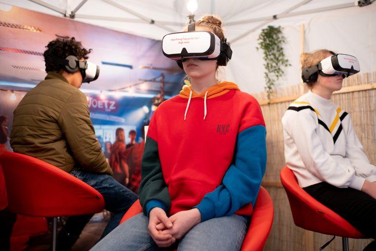 De leerlingen van het Lierse Atheneum werd met behulp van een virtual reality bril in een potentieel stresserende situatie gebracht.