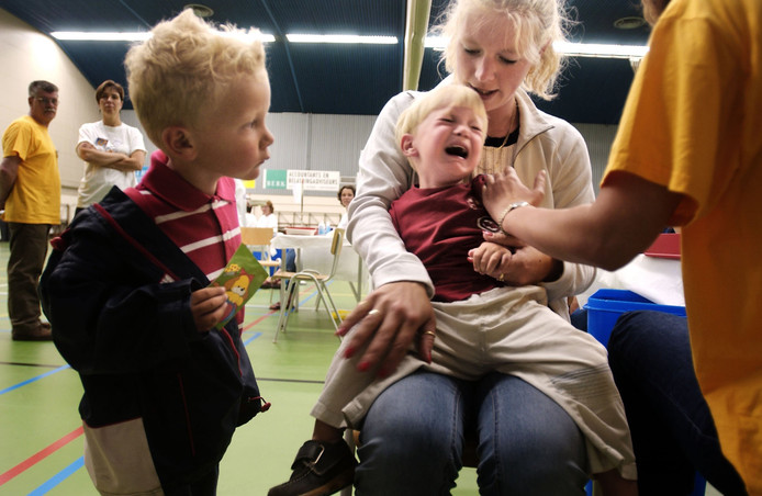 Kind huilt tijdens vaccinatie tegen meningokokken.