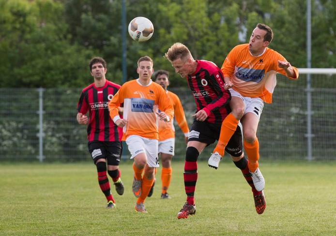 Leon Bek (rechts) loopt Quincy Poortvliet van Terneuzen in de rug. In het zaterdagvoetbal gaat de club de afslag Zeeuws-Vlaanderen niet zo vaak meer hoeven te nemen.