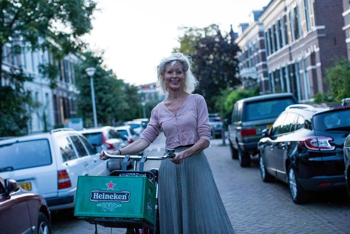 Elma Strijks uit Zutphen is voorlopig overgeleverd aan haar fiets nu haar auto, die ze verhuurd had via SnappCar, is gestolen door de huurder.