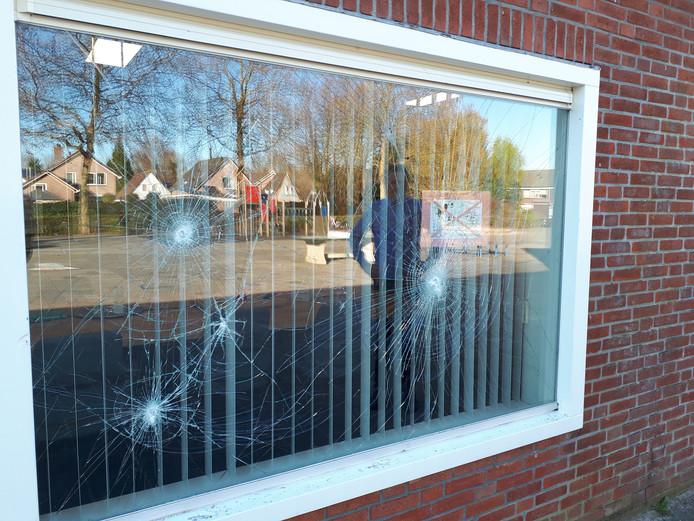 Jan Dorsser van De Duykeldam bekijkt de vernielde ruiten van de personeelskamer.