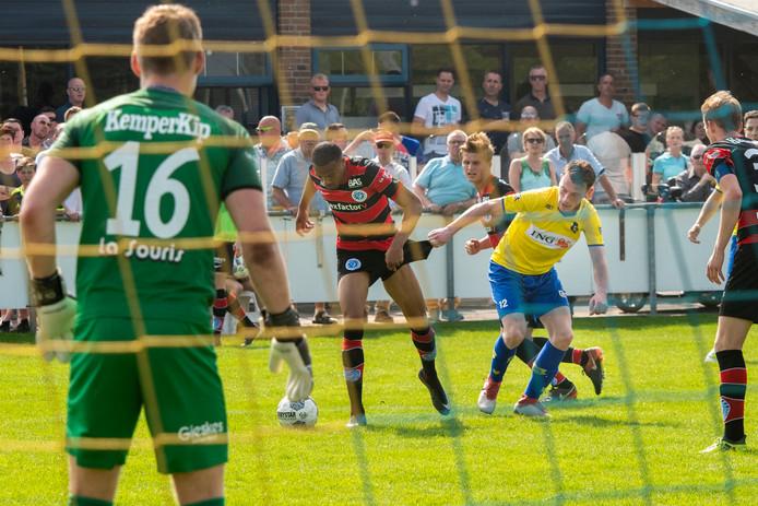 Jan Gerrits jr. (Dongen, geel shirt) test het broekje van Jong De Graafschap-speler Delano Burgzorg.