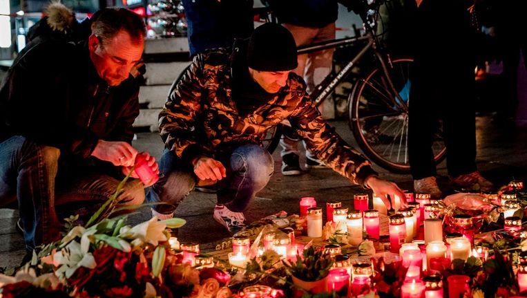 De rouwende inwoners van Berlijn steken een kaarsje aan voor de slachtoffers van de aanslag. Beeld anp