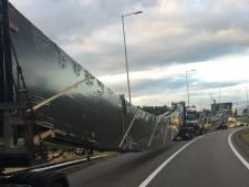 Enorme vrachtwagens staan tot vanavond vast bij Rozenburg