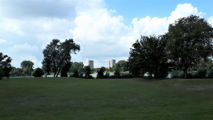 De locatie aan de IJzeren Vrouw waar in het verleden het Brabantbad stond (vooorgrond). Er zijn plannen voor 3 woontorens van zestig meter hoog. Op de achtergrond de Amazoneflats aan de andere zijde van het park.