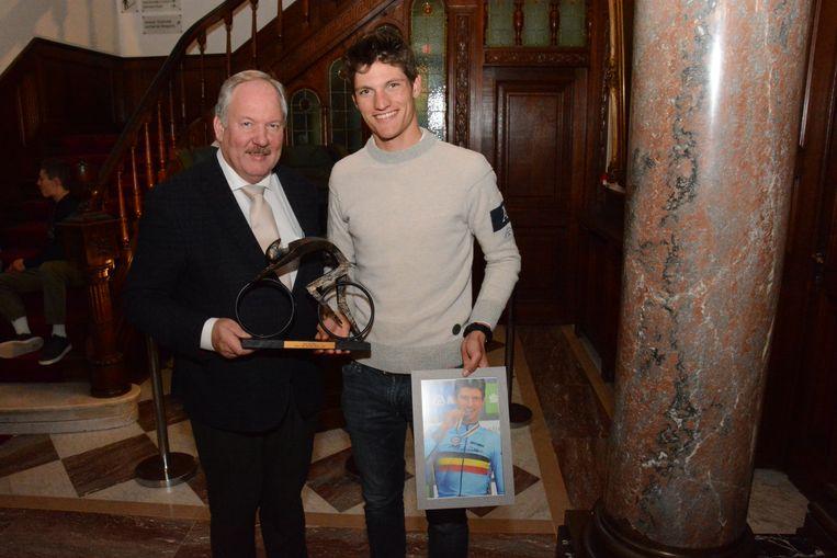 Brent Van Moer werd maandagavond gehuldigd op het kasteel Cortewalle voor zijn prestatie op het voorbije WK tijdrijden