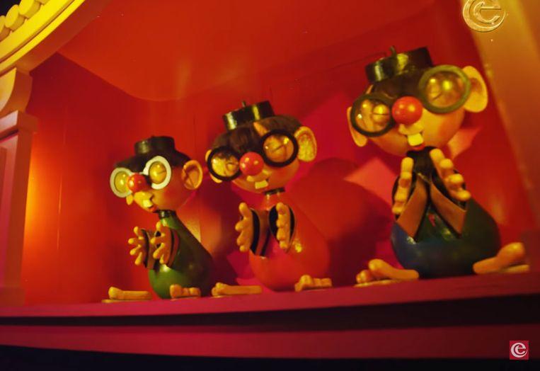Aziatische poppen in Carnaval Festival: spleetogen en gigantische voortanden.