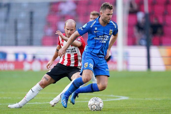 Sondre Tronstad (blauw shirt) in duel met PSV'er Jorrit Hendrix.