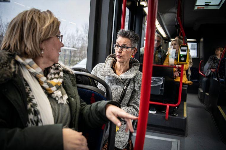 Lia van Genderen met de snelbus op weg naar het transferium, het is 16:21. Beeld Koen Verheijden