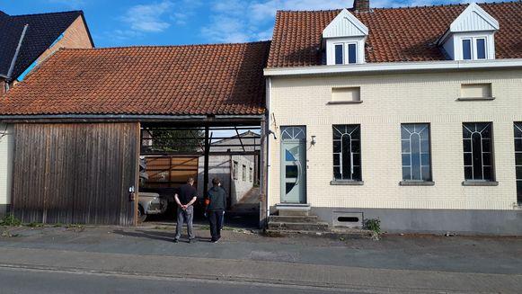 In een voormalige garage langs de Kruisstraat werden een tiental luxewagens in beslag genomen.