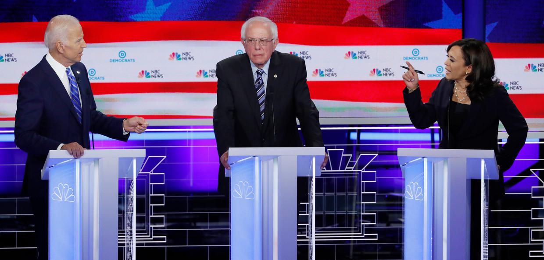 Het belangrijkste slachtoffer van winnaar Kamala Harris (rechts) was ex-vicepresident Joe Biden (links). In het midden senator Bernie Sanders. Beeld REUTERS