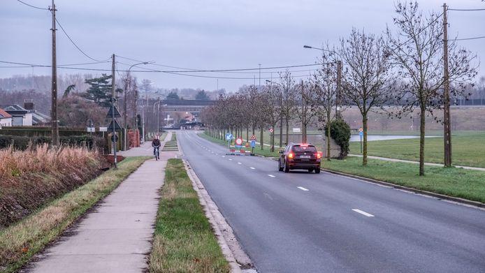 De trajectcontrole wordt tussen kruispunt De Prinse in Marke en Vandecasteele Houtimport in Aalbeke uitgerold, op de N43. Hier zien we het punt aan Vandecasteele Houtimport, richting Marke