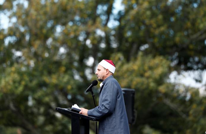 Imam Gamal Fouda leidt het vrijdaggebed in Hagley Park bij de Al-Noormoskee in Christchurch waar vorige week de aanslag plaatsvond die vijftig mensen het leven kostte.