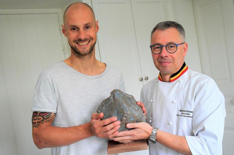 Ex-wielrenner Tom Boonen krijgt zijn kei van chocolatier Bart Van Cauwenberghe.