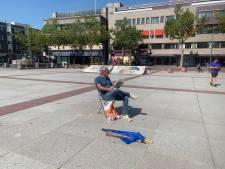 Demonstratie Pegida op Stadhuisplein Eindhoven: voorman leest in alle rust een krant