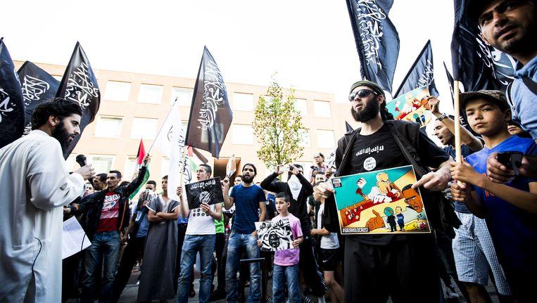 De van ronselen voor de jihad verdachte Azzedine C. (links) en jihadist Lofti S. (rechts) tijdens een pro IS-demonstratie in de Haagse Schilderswijk. Beeld anp