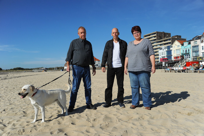 Jos Otten met labrador Fleur, Thom Ummels en Carin Otten (vlnr) op het Badstrand van Vlissingen. Jos zou Fleur in dit jaargetijde graag los laten lopen.