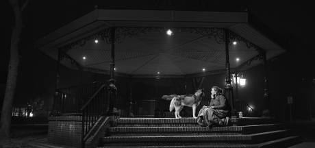 Debbie ervaart met husky Storm op dorpsplein Wilbertoord hoe het is om buiten te moeten slapen als dakloze