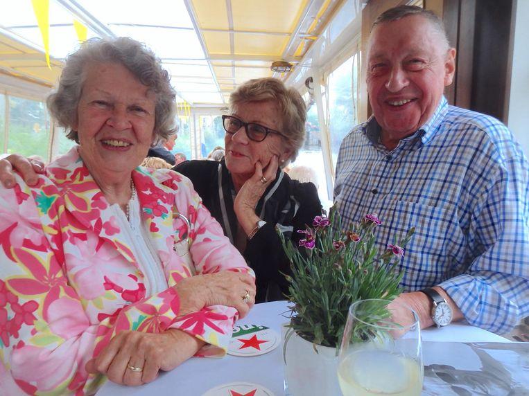 Partner Cora en zus Toos Janssen, en Gerard Liesker, oud-penningmeester van De ronde van Kamerik. In 1971 won Janssen daar een stoof, inhoud 500 gulden. Beeld Schuim