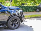 Uitwijkmanoeuvre gaat verkeerd: auto botst tegen lantaarnpaal in Helmond