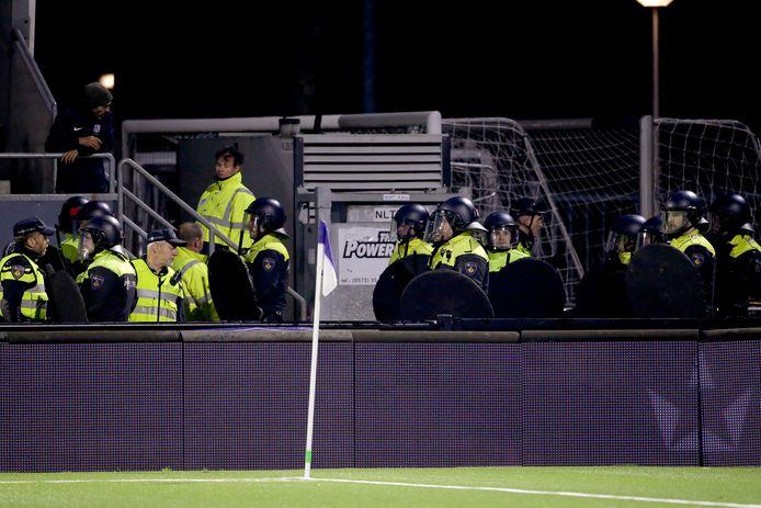 De wedstrijd FC Eindhoven-Helmond Sport werd vrijdag stilgelegd na schermutselingen.