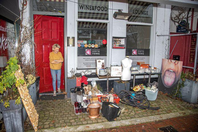 Restaurant Over de Tong is gestopt. Eigenaresse Gerda Ronk voor het pand met alles wat te koop is.