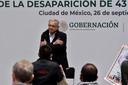 De Mexicaanse president Andrés Manuel López Obrador staat familieleden van de studenten te woord.