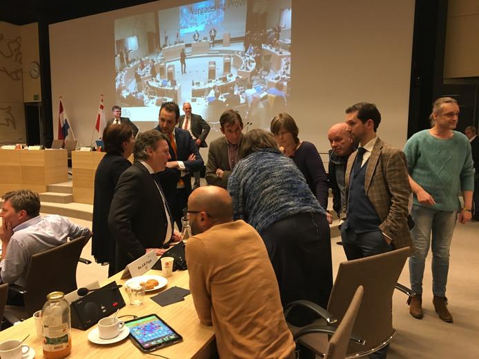 De oppositiepartijen in overleg tijdens een schorsing van het debat.