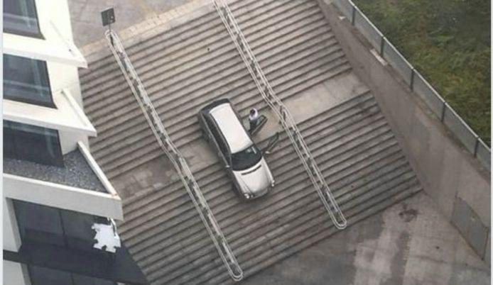 De Mercedes E-Klasse kwam vast te zitten een plateau, halverwege de treden van de trap.