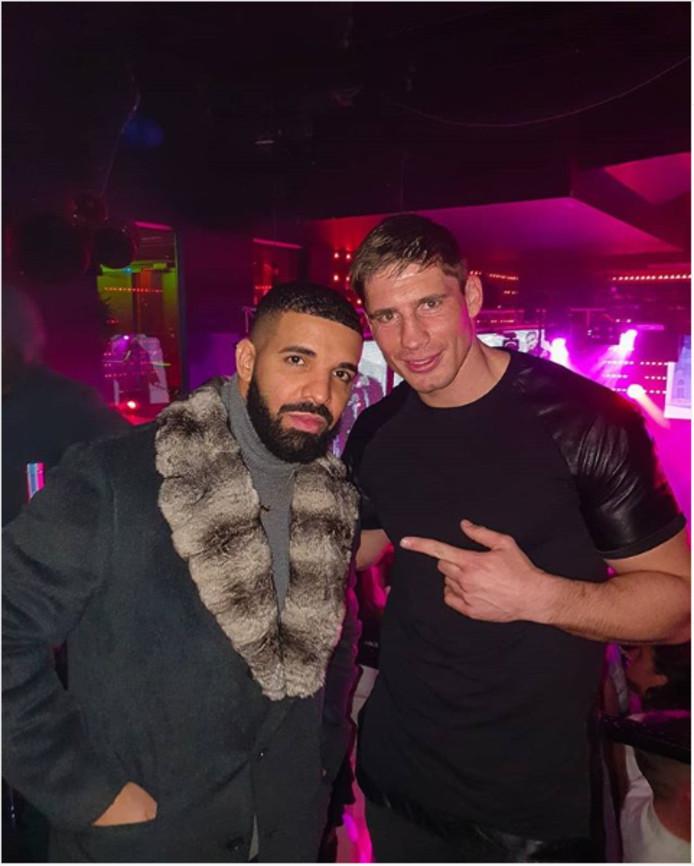Rico Verhoeven op de foto met Drake.
