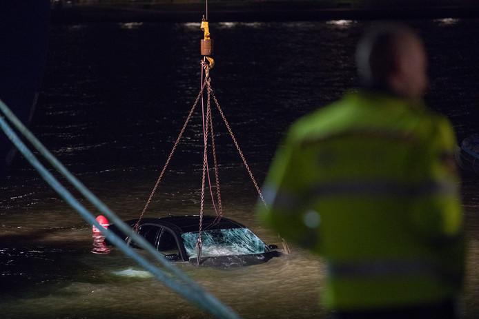 De auto werd door reddingswerkers uit de Nieuwe Maas getakeld.