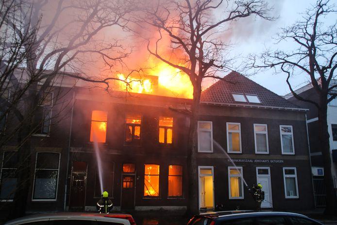 De flinke brand in het leegstaande pand aan de Dubbeldamseweg Noord in Dordrecht.