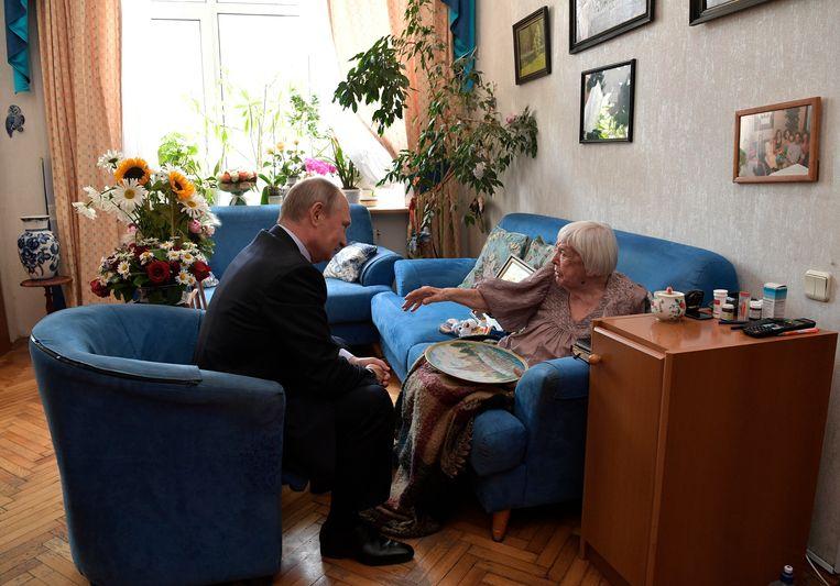 Vladimir Poetin bezoekt mensenrechtenadvocaat in Moskou op haar 90ste verjaardag, in 2017. Beeld null