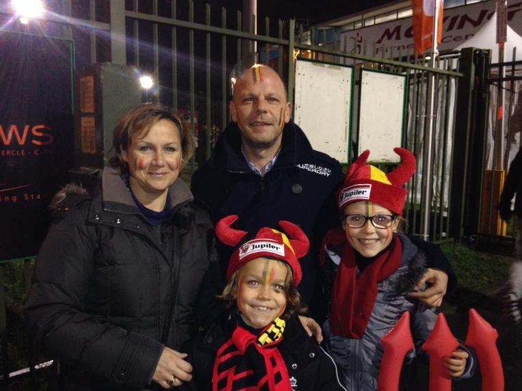 Glenn Maes met zijn gezin tijdens een wedstrijd van de Rode Duivels.