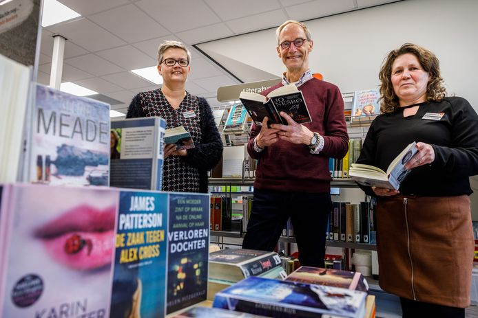 Giny, Jaap en Roely (vlnr) staan klaar voor enthousiaste lezers in de nieuwe bibliotheekvestiging in Rouveen.