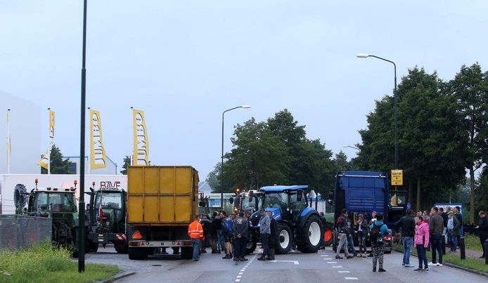 Boze boeren voeren actie bij Jumbo in Veghel.