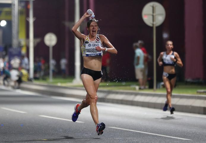 """""""Plus jamais. Horrible. Et super heureuse et fière d'y être arrivée. Ce fut la course la plus difficile de ma vie. Je ne l'oublierai jamais"""", Manuela Soccol, étonnement prolixe, éprouvait tout les sentiments après avoir terminé en 31e position le marathon des championnats du monde d'athlétisme de Doha. L'autre représentante belge Hanna Vandenbussche a renoncé peu avant le 15e kilomètre totalement épuisée par la chaleur de 32 degrés et l'humidité de 75% qui donnaient un ressenti de 41 degrés. Seules 40 des 68 concurrentes ont terminé la course."""
