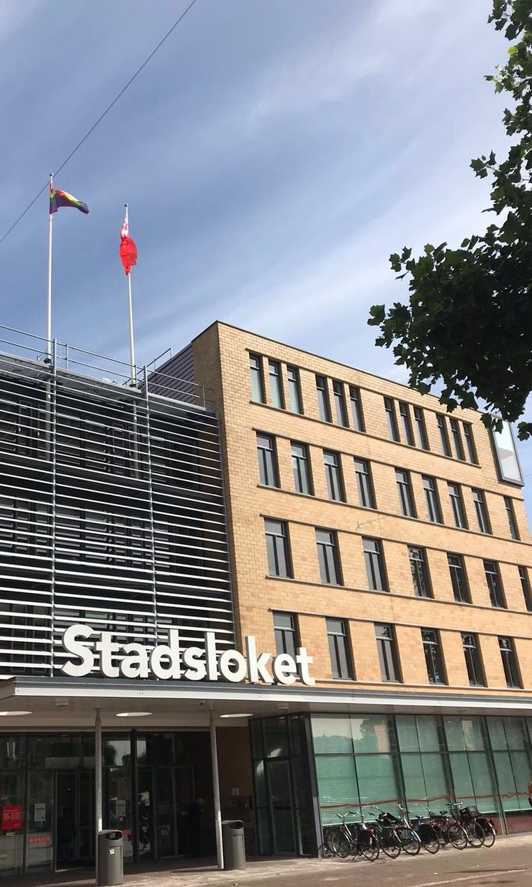 De regenboogvlag hangt sinds een paar weken permanent bij het Stadsdloket in Oost. Beeld Gemeente Amsterdam