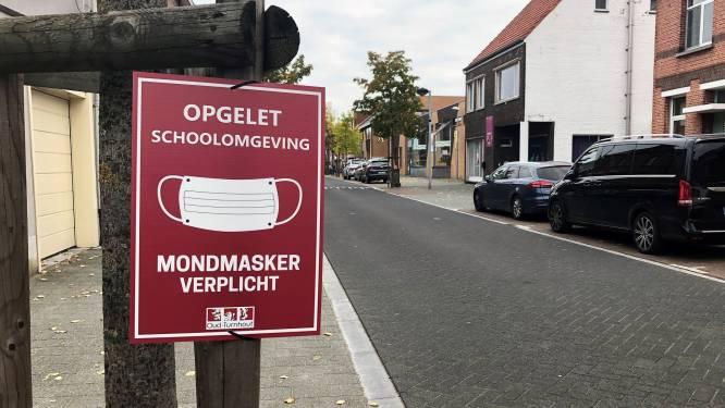 Bordjes wijzen op mondmaskerplicht aan scholen